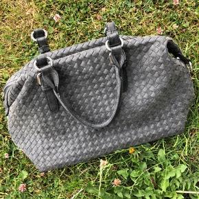 Fin flettet taske. Rustik grå, skulderstrop haves ikke. Ingen tydelige brugsspor så den er så god som ny🌸👜