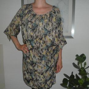 Varetype: kjole Farve: se billede Oprindelig købspris: 1799 kr.  super fed kjole...  brugt en gang længde 100cm  bryst vidde 2+54cm måler forneden i omkres 2+54cm  100% silke   mp 800kr pp