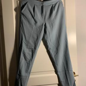 Pieces habit bukser i lyseblå. Fitter mega godt  28/34 og fitter perfekt.   Jeg er 1.72 og vejer 65 kg. Bruger normalt small/medium. *dette item kan benyttes i mit 3-for-100 tilbud