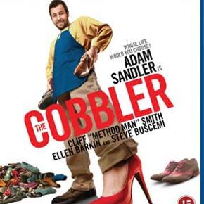 0913 - Cobbler, The (Blu-ray)  Dansk Tekst - I FOLIE   he Cobbler  Adam Sandler spiller skomageren Max Simkin, der sidder lidt fast i sit liv. Lige indtil den dag han finder et gammelt arvestykke, der giver ham muligheden for at opleve verden gennem andre menneskers øjne. Hvis han tager deres ny-reparerede sko på skifter han udseende til ejermanden af skoene, og finder ud af hvordan at man en gang i mellem må se ud gennem en andens øjne for virkelig at forstå dem. Men vent, betyder det så, at Sandler ikke får lov til at tage dametøj på og lave sjove stemmer?         Instrueret af Thomas McCarthy, der ellers havde en strålende karriere foran sig, men højt respekterede indie film som       The Station Agent, The Visitor        og    Win Win   .  Tekst fra pressemateriale