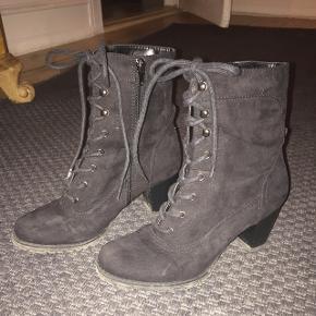 Støvler med ca. 6 cm hæl sælges.Hentes på Nørrebro.