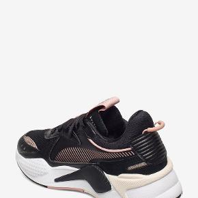 Nye og ubrugte Puma sneakers i sort med rosa.  BYTTER IKKE