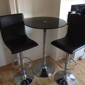 Moderne natbord med Glad bordplade og stål ben samt 2 lækre barstol i sorte med krom ben. Prisen er samlet for det hele.