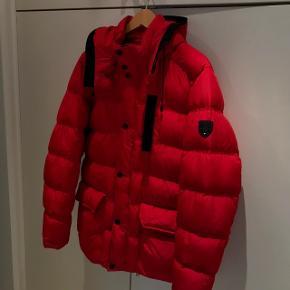 Sælger denne røde dunvinterjakke/frakke fra Tommy Hilfiger. Super dupper varm og dejlig at have på.Købt sidste år i Nordirland for 300£(2550kr) Den er kune brugt en lille smule sidste vinter og har lige været til rens så står næsten som ny. Str L fitter også M Cond 9 Nypris 2550kr Vil meget gerne have den solgt så er klar på at gå på kompromis med prisen, men ingen skambud.