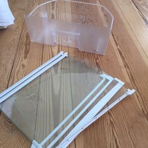 Køleskabsskuffe + 3 glashylder.  Passer oprindeligt til et Gram køleskab. Rigtig fin stand.   Kom gerne med bud. 😀