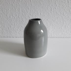 Kähler Botanica lille vase i grågrøn. H 13 cm.