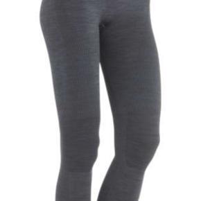 Mørkegrå trænings tights fra Kari Traa. Modellen hedder Kristina. Størrelse XS/S. Ikke gennemsigtige ved squats. Sælges da jeg ikke længere kan passe dem. Kan afhentes i nærheden af Aalborg eller sendes :-).