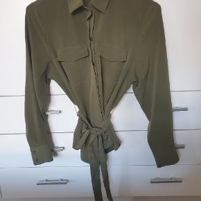 Lyset er dårligt på billedet  Blød skjorte med bindebånd og knapper forenden af ærmerne og ned langs midten