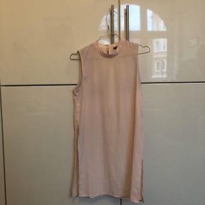 """Fin """"top"""" kjole i lyserød farve fra project unknown. Den er brugt få gange. Passer en xs og s."""