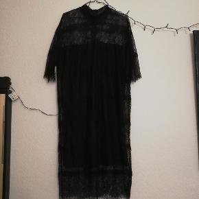 Helt ny kjole i str. L. Stadig med mærke.