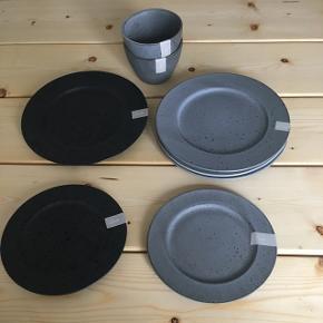 Christian Bitz 3 grå middagstallerkener, 1 sort middagstallerken (nypris pr. Stk. 99.95 kr.), 1 grå frokosttallerken, 1 sort frokosttallerken (Nypris pr. Stk. 79,95 kr.) og 2 grå morgenmadsskåle (Nypris pr. Stk. 79,95 kr.). Helt nye, aldrig brugt. Nypris for det hele ca. 720 kr.