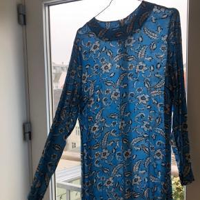 Smuk H&M kjole med flot fald forneden. Er brugt meget få gange. Fitter bedst en str. medium