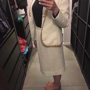 Vintage/retro  Skræddersyet sæt fra 1960'erne.  Brugt af en meget fin ung pige dengang, og aldrig brugt siden.  One of a kind og meget velholdt. Flot og lækkert stof - nederdel og jakke syet med glat inderfor.