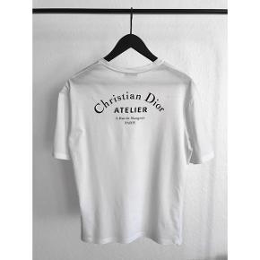 Christian Dior Atelier logo t-shirt fra Kim Jones' Dior Homme FW18 kollektion. Stort logo på ryggen og mindre på bryst.  T-shirten har et lidt oversize look og et afslappet fit.  • Brugt få gange.  • Umulig at få fat i på dansk jord og købt i London.  • Sælges med original indpakning og kvittering.  @lasseengermann