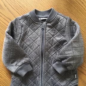 Selve jakken ser ny ud, men den har fnuller på ærmer og krave. Den kan sikkert fjernes med fnugmaskine eller hånden.   Den er brugt en sæson.  Mp uden fragt: 100,-