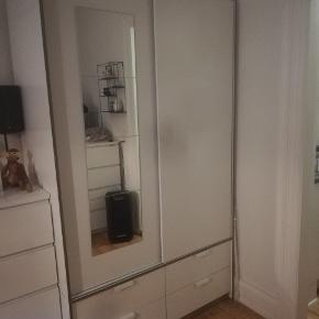 Trysil klædeskab fra ikea. Der er blevet monteret spejl på den ene skydelåge. Ca 1 år gammelt. Står samlet men skal skilles ad før det kan komme ud af min lejlighed. Sælges udelukkende grundet flytning.   Ny pris 1400kr.