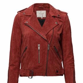 Ruskinds jakke i en fin rødlig farve ❤️