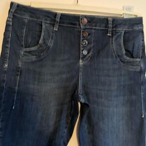 Lækre Pulz bukser som er for små - desværre. Størrelsen hedder 31/34.  Fint og meget lidt forvasket kvalitet.