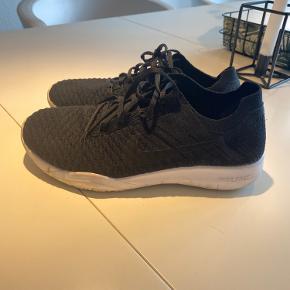 Brugt men er i rigtig god stand. Det er en ren elastik sko (ikke fast hælkappe)  Tåler vask i maskinen Indvendig mål : 25,5