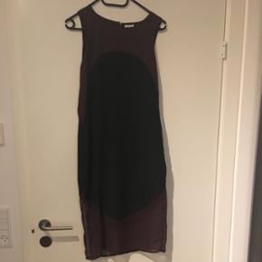 Sælger min smukke bordeaux/lilla kjole fra Vila, da jeg desværre ikke kan passe den længere. Den går til knæene og er gennemsigtig nederst.