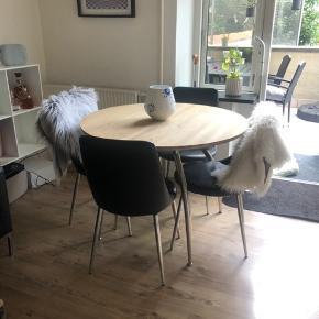 Sælger 4 spisbordstole i kunstlæder, de sælges samlet for 500kr. De er brugt og har der for tegn på brug som ses på de sidste to billeder, men man sider godt i dem ✌🏾