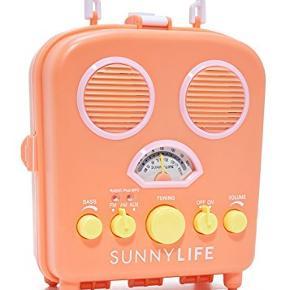 Sælger denne seje radio/højtaler fra Sunny Life. Den kan spille radio OG der er AUX stik så den kan afspille musik fra telefon. Den kan åbnes og telefonen kan lægges ind i - Så perfekt til stranden 👌🏼 Den bruger batterier