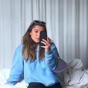 Sælger min blå hoodie fra Weekday. Den er størrelse Small, og fejler intet😊