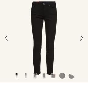 ACNE STUDIOS Climb Stay Black Jeans (sort)  Str. 28/34  94% bomuld, 5% polyester og 1% elasthan Farve: Sort Slim fit pasform  Fejlkøb  Brugt én dag