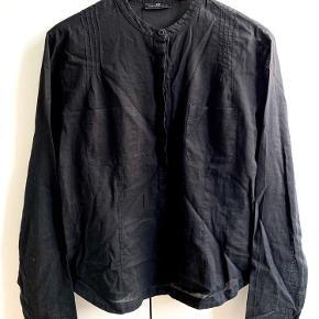 Stand: Næsten som ny.  Nypris: 899 kr.   Sort skjorte i str. S fra DAY Birger et Mikkelsen.  Byd endelig ☺️