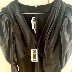 Figursyet flot sort kjole i skinnende stof Pufærmer med lynlåsdetalje for enden af ærmerne