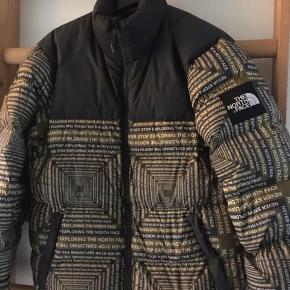 Hej  Hej Sælger denne sindssyge lækre tnf jakke! Str Small fitter 165-175 Intet OG, da jeg købte den af Alexander Engkjær Cond bedøm selv, men den har et lille hul bag på ryggen (ses slet ikke), og så har den et hul på ærmet, men da jakken har den farve som den har, ses det heller ikke. Det kan selvfølgelig syes. Smid et bud