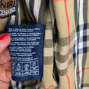 Oldschool / vintage vintage Burberry jakke  - størrelsen fremgår ikke direkte, men vurdere at der er tale om en str. M Kan sendes eller hentes i København 🤩