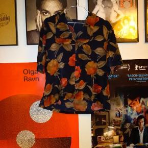 Sælger min fine vintage skjorte. Brugt nogle gange, men i super stand og i silke. Kom med dit bud :-) Sender også gerne billeder af skjorten på samt tilhørende nederdel.