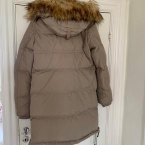 Parajumpers vinter jakke med aftagelig pels hætte. Kun brugt en enkelt gang - fremstår som ny!  Nypris - ca. 7.000 kr. Sælges for 3.500 kr.