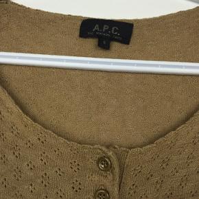 Flot bluse fra A.P.C i størrelse small.  Kommer fra røgfrit hjem. Sender gerne på købers regning.