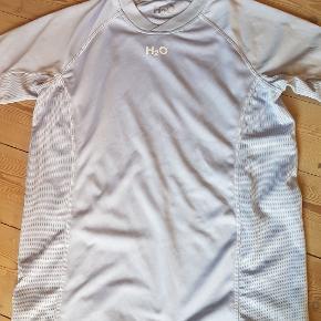 Lækker T-shirt fra h2o, sælges. For 100 kr. Kan du købe både denne og de puma shorts der er på billede 3