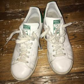 STAN SMITH Str. 41 1/3  Har sat dem som gode men brugt fordi der er et mærke på siden på den ene sko. Men ellers er de rigtig flotte i læderet.   Cond 6,5  Mp 200 kr Np 750 kr