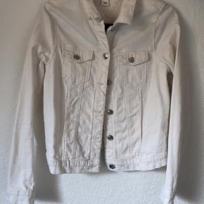 Se mere på instagram: ud_af_skabet_ Hvid cowboy jakke Str 38 Cond 7-8 Mp 75 Bin 150