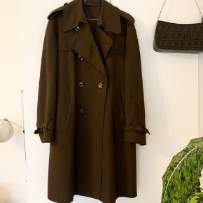 Mørkebrun, vintage trenchcoat fra mærket Sirla - den er i super flot stand og har ingen brugstegn 🌾 Størrelsen er ukendt, men jeg vil mene at den passer til en størrelse 40-42 (den er også super fin som oversize)