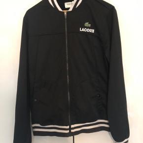 Lacoste zip shirt Str: Large Cond: 7 fejler ingen ting, udover necktagget ikke er i god stand Nypris var: 1000,-  Har en masse andet til salg tag gerne et kig