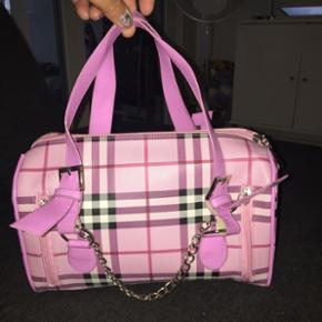 Taske købt i zizzi, næsten ikke brugt. H:19 - B:14,5 - L:28 cm prisen er 100 kr incl porto🌞🌞