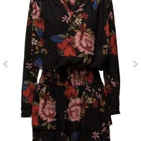 Helt ny - stadig med prismærker på  Super flot kjole, der sidder rigtig pænt på kroppen. Sort med blomster  Str. Xl / 42  Tags black dress blomstret flowerprint 44 flowers oversize