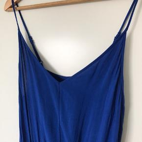 Flot kongeblå buksedragt fra H&M. Fejler ingenting.