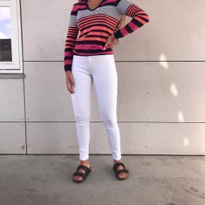 SÆLGER HELE SÆTTET 💗🌸  - fed langærmet multi farvet Tommy Hilfinger bluse   - Stramme hvide jeans fra Only   BYD bare🌸💗