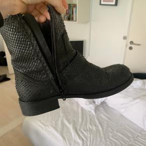 Sælger disse fede støvler fra Billi bi. Brugt en periode ved sidste vinter, men må dsv erkende at de er for små. Skriv for flere billeder. Kom med et bud. Jeg giver dem gerne en pudsning