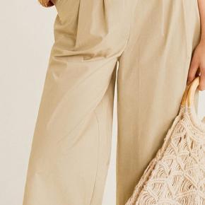 Smukke beige/sandfarvede culottes i 100% crispy bomuld. Sidder behageligt med en bred, blød elastik i taljen. Kun prøvet på, kunne dog godt bruge at blive strøget/dampet. Nypris 399.