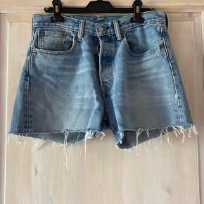 """Vintage Levi's shorts i perfekt blå jeans farve, købt i Urban Outfitters. På mærket står der 29/32, er købt som en medium. Bruger selv for det meste str. 27 i jeans. Da det er Vintage kan der være lidt slidtage som på mærket, derfor har jeg sat standen som """"god men brugt"""". Jeg har dog aldrig brugt dem, så de er stadig som da jeg købte dem. Prisen er fast og køber betaler fragt. Tager ikke retur."""