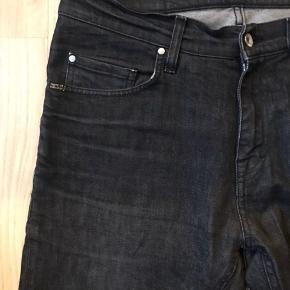 Tiger Of Sweden jeans W31L34 Bemærk bukserne er lagt lidt op, af professionel skrædder.  Hullet på venstre knæ er originalt.  Skridtlængde ca. 74cm Livvidde ca. 84cm  Køber betaler fragt.