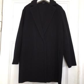 Fin uldfrakke fra Graumann , perfekt som overgangsjakke da den er uden fore . I den bedste ende af god men brugt uden huller, pletter, fnuller eller lign.  Brystmål: 52 cm på tværs fra armhule til armhule (dvs 104 cm i omkreds). Længde: 90 cm fra kraven og ned.  Se også alle mine andre annoncer!   Søgeord: navy frakke mørkeblå uldjakke uld klassisk jacket coat