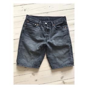 Herre denim shorts - Levi Strauss 🌟  BYD gerne 🖤  Str er W31  Model 501   Brugt få gange ⚡️  Sender med DAO (køber betaler fragt) eller kan afhentes i Valby eller på Amager efter aftale 📦📍